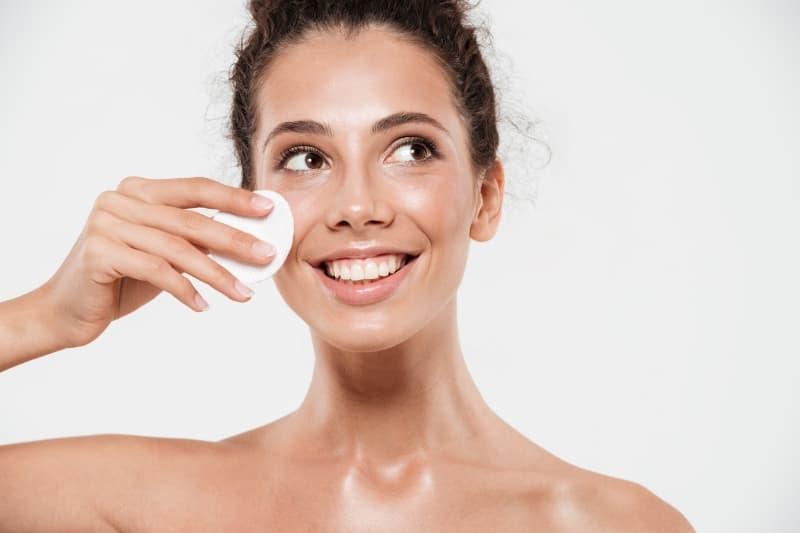 Qué es un tónico facial y para qué sirve usar este producto de belleza