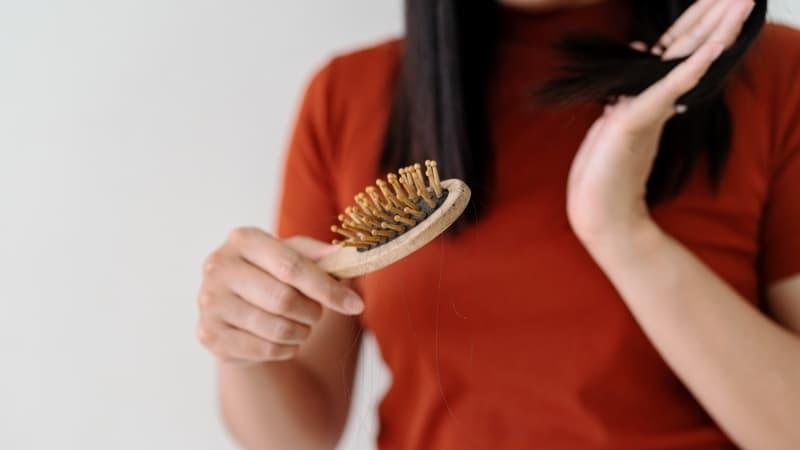 limpiar los cepillos del pelo de madera