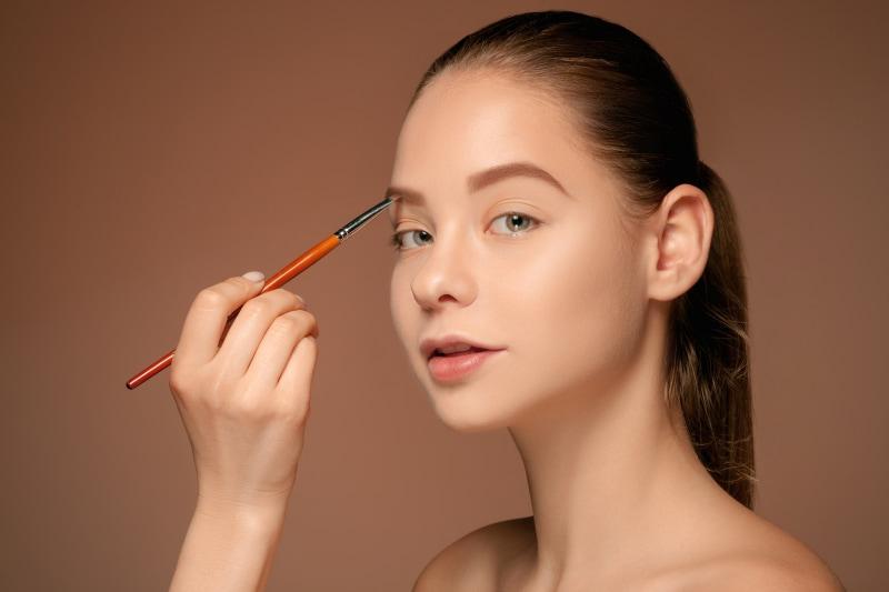 cómo maquillar o pintar las cejas